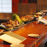 カウンターに並ぶ、旬のお野菜や食材