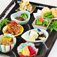 旬の味覚をつかったお惣菜を豊富に!オススメは盛合せ1800円!