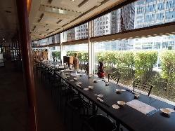 窓際の開放感あるオープン席70名まで宴会対応可(写真は20名)