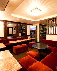 淡いピンクのソファーと暖かみのある照明が 心地よい空間を演出