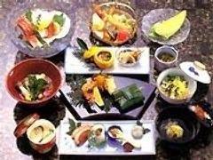 地元の食材を使った親方自慢の和食料理。
