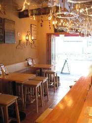壁際のテーブル席は4名×2テーブルです!