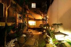 石畳や『ししおどし』のある風情たっぷりの坪庭を通り完全個室へ
