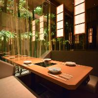 竹林に囲まれたお洒落な2名様から4名様用のテーブル半個室です。