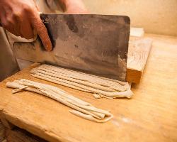 国内産最上級そば粉を初代からの足踏み製法で打ちたての味を…。