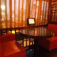 お洒落な円卓席、カップル向けの2名様席もございます。