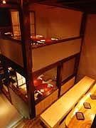 人気の中二階と一階は、こもり感が魅力。こたつ席も人気。