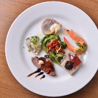 一口サイズの前菜の盛り合わせは野菜や肉一皿で楽しめちゃいます