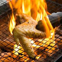 芳醇な香りと肉の旨味が凝縮された炭火炙り焼きは必食!