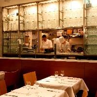 店内からは厨房が見えます。カジュアルな雰囲気でイタリアン