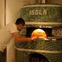 店内の薪窯をつかって400℃の高温で一気に焼き上げるピッツァ