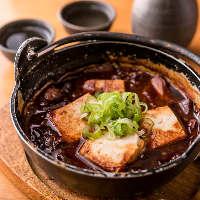「牛すじ煮込み」や「若鶏ザンギ」など丁寧に仕込む肉料理も人気