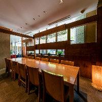 木と石の造形がシックな半個室が2〜12名様向けと様々に15卓以上