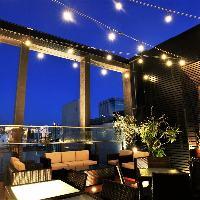 最上階のテラス席は夕方から夜にかけてライトアップします。