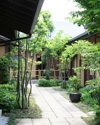 門を潜ると開ける緑 自然と調和した豊かな空間です。