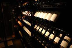 常時300本のワインが眠るセラー