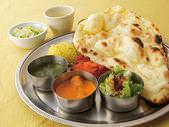 インドの定食は、19種類のカレーから2つ選択!辛さも調節可能◎