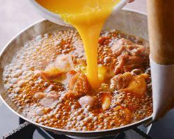 [絶品親子丼] 炭火焼きした皮の香ばしい風味とトロトロ卵が格別