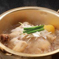 鶏がまるごと一羽入った韓国風水炊き鍋「タッハンマリ」
