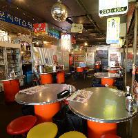韓国屋台を思わせる広い店内は90名様までOK。貸切も出来ます◎