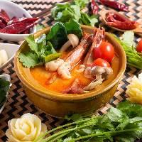 看板料理「海老の辛酸スープ トムヤムクン」1,350円(税抜)
