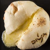 人気のチーズナンの中は数種類のチーズを。熱々鉄板でご提供。