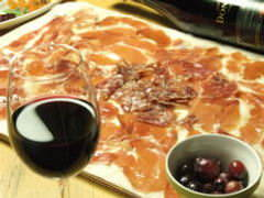 生ハムとサラミのてんこ盛り♪ 微発泡赤ワインと共に。