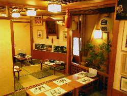 70席のお座敷の一角。大相撲ゆかりの品が飾られています。