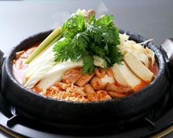 熱々でピリッと辛い韓国風ホルモン鍋。美肌料理です。