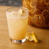 皮まで甘い自家製酵素漬けレモンを使った発酵レモンサワーで乾杯