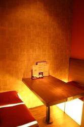 優しい光を放つイスが印象的な 4名様用の個室も有ります!