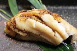 ▲煮穴子 天然の穴子を、煮付けて笹で炙る絶品は感動の味です。