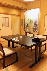 畳に日本製の椅子と机を誂えた完全個室…御結納や接待に大好評