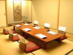 個室(コース)は小座敷、 椅子席、大広間があります。