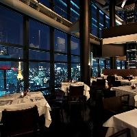 天井高13mの開放的なダイニングで夜景を眺めながらお食事を…