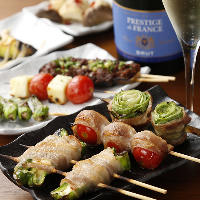 彩り鮮やかな野菜と豚肉の旨味が出会う新鮮野菜串も人気の一品◎