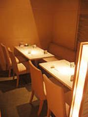 テーブル席は4名席が5つ 8名~12名の貸切に最適な半個室あり