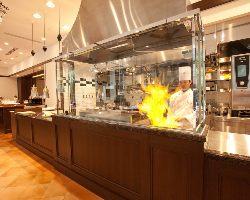 ガラス張りのオープンキッチンでは調理の様子も 楽しめます