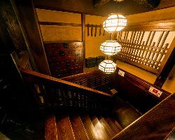 古民家の家具などをそのまま設えた寛ぎの和空間