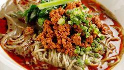 深煎りの黒胡麻をたっぷりと使用した担々麺は人気メニューです