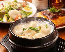 逸品揃いのアラカルトメニュー『肉汁!水餃子』は一番人気♪