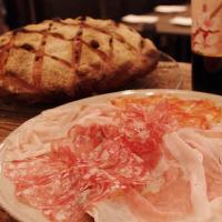 【パン&ビストロ料理】 自家製パンと共にテーブルを飾る一品