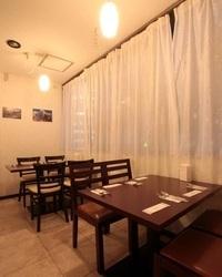 【店内】 窓の外は綺麗な新横浜の夜景が望めます☆