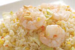 海老の塩葱炒飯。918円。塩味ベースに海老とレタスを入れました