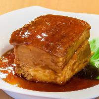 身は柔らかくほろほろ、脂はとろとろ、特大サイズの豚肉の角煮