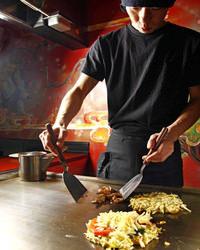 広島焼きは自慢の鉄板で スタッフが焼いてお出しします。