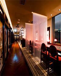 銀座の夜景を眼下に、開放的な店内空間で優雅なときを。
