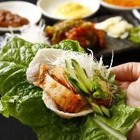 主菜と多様な副菜を一緒に食べるしゃぶギョプサル。