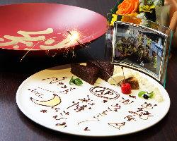 お祝いの際はデザートプレート、写真、大盃の乾杯をプレゼント!