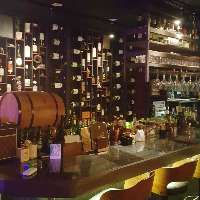 壁にたくさんのワインが並ぶお洒落なデザイン。ワイン豊富です!